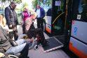 Įsikūnijo: Klaipėdos autobusų parko vairuotojai įsitikino, kad, net ir nuleidus specialių pandusą, įvažiuoti į autobusą su neįgaliojo vežimėliu yra gana sunku.
