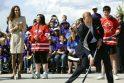 Princas Williamas Kanadoje išmėgino jėgas žaisdamas gatvės ritulį