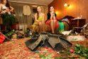 Jaunosios suknelė iš kanalizacijos dangčių svėrė 74 kilogramus