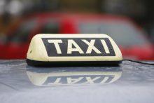 Taksistui kolega trenkė per galvą