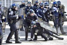 Prancūzijoje per demonstrantų ir policijos susirėmimus nukentėjo 24 pareigūnai