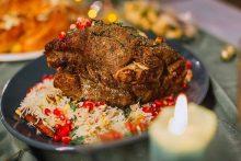 Kalėdinio stalo žvaigždė: ilgai kepta ėriuko mentė su rytietiškais ryžiais