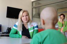 R. Meilutytė aplankė sergančius vaikus