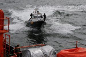 """Pasieniečiai ir """"Aro"""" kovotojai mokėsi šturmuoti pažeidėjų laivą"""
