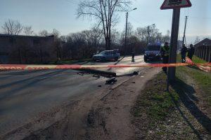 Kaune BMW vairuotojas įsirėžė į stulpą