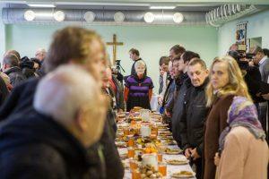 Prie vieno stalo sėdo vyskupai, politikai ir varguoliai