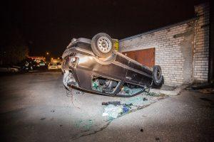 Naktį vandalai niokojo automobilius