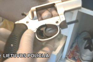 Sulaikyti du įtariamieji ginkluotu parduotuvės plėšimu (nusikaltimo video)