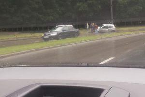 Akivaizdu, bet neįtikėtina: Tunelio g. per pusdienį į stulpą įvažiavo du automobiliai