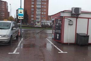 Autovežis Žardėje užkabino elektros laidus