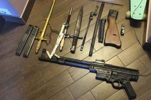 Krata kauniečio namuose davė vaisių – aptiktas visas arsenalas senovinių ginklų