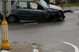 Pareigūnams nestojęs vairuotojas pakliuvo į avariją, automobilis suniokotas