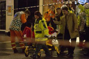 Tyrėjai aiškinasi griūties Londono teatre priežastis: sužeistųjų – 76