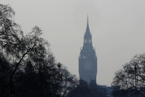 Londoną apgaubus smogui atšaukta apie 100 skrydžių