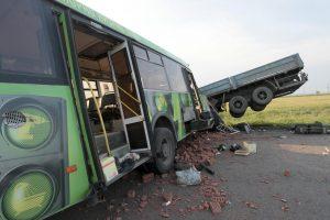 Rusijoje autobusui susidūrus su sunkvežimiu žuvo 16 žmonių