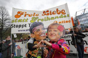 Vokietijoje tūkstančiai žmonių protestuoja prieš transatlantinę prekybos sutartį