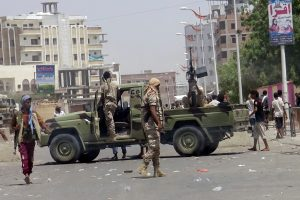 Mirtininko ataka Jemeno stovykloje nusinešė bent 60 žmonių gyvybes