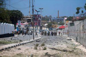 Somalyje per sprogimą prie prezidentūros ir viešbučio žuvo 12 žmonių