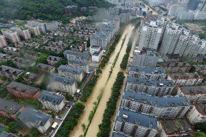 Kinijoje praslinkus taifūnui žuvo arba dingo 16 žmonių