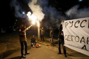 Rusijos ambasada Kijeve protestuotojų apmėtyta pirotechnikos užtaisais