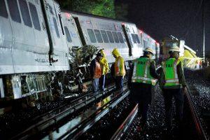Netoli Niujorko nuo bėgių nulėkė traukinys, sužalota per 30 žmonių
