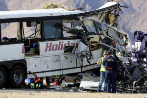 Kalifornijoje autobusui susidūrus su sunkvežimiu žuvo 13 žmonių