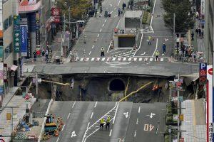 Japonijoje didžiulė įgriuva prarijo miesto gatvę
