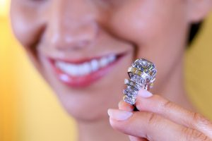 Aukcione už 17 mln. dolerių parduotas retas mėlynasis deimantas