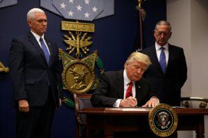 """D. Trumpas nurodė pradėti JAV kariuomenės """"didįjį atkūrimą"""""""