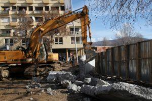 Serbai Kosove nugriovė kontroversišką sieną