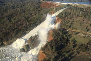 Kalifornijoje dėl užtvankos griūties grėsmės evakuojama apie 200 tūkst. žmonių