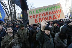 Šimtai ukrainiečių protestuoja prieš prekybą su separatistų teritorijomis