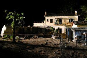 Graikijoje traukinys rėžėsi į namą, žuvo trys žmonės