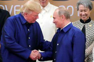 Vietname D. Trumpas ir V. Putinas trumpai vienas kitam paspaudė ranką