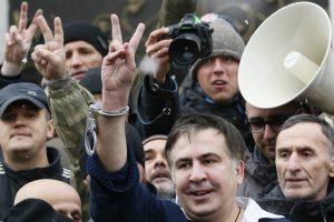 Šalininkų išvaduotas M. Saakašvilis nužygiavo prie parlamento