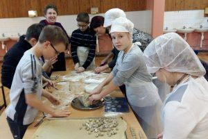 Mokiniai dalijasi gerumu: kepė kūčiukus vienišiems senjorams