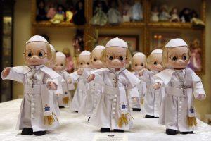 """Popiežius Filipinuose važinėsis šios šalies skiriamuoju ženklu tapusiu """"džipniu"""""""