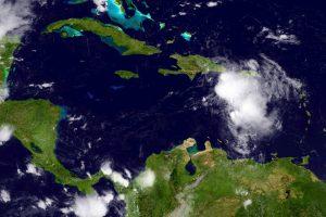 """Floridoje paskelbta nepaprastoji padėtis – artėja atogrąžų audra """"Erika"""""""