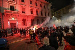 """Per riaušes prie """"La Scala"""" teatro policija panaudojo jėgą"""