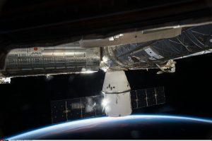 """""""SpaceX"""" krovininė kapsulė grįžta į Žemę"""