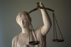 Šimtus žmonių į teismus atvedusį brokerį klampina godumas?