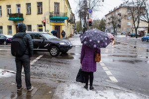 Pirmo sniego krikštas sostinei: 22 automobiliai nuvažiavo nuo kelio