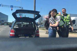 Mielas policininkų poelgis: padėjo moteriai pasikeisti padangą