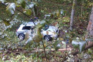 Vilniuje susidūrė du automobiliai: vienas – griovyje