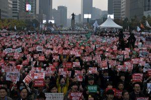 Pietų Korėjoje tūkstančiai protestuotojų ragina atsistatydinti prezidentę