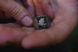 Rastam partizanų žiedui siūlo suteikti valstybinio apdovanojimo statusą