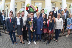 Prezidentė apdovanojo Mokyklų žaidynių nugalėtojus