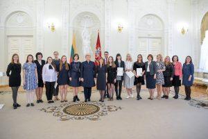 Prezidentė apdovanojo Nacionalinio diktanto laimėtojus