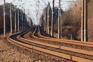 Prie geležinkelio bėgių – ryšuliai su kontrabanda