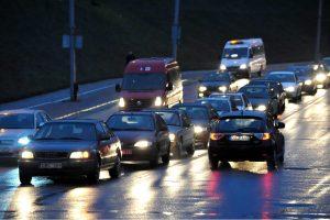 Kelininkai įspėja: eismo sąlygos sudėtingos dėl plikledžio ir lijundros